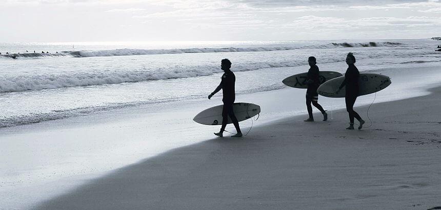 Surfer im Neoprenanzug-1
