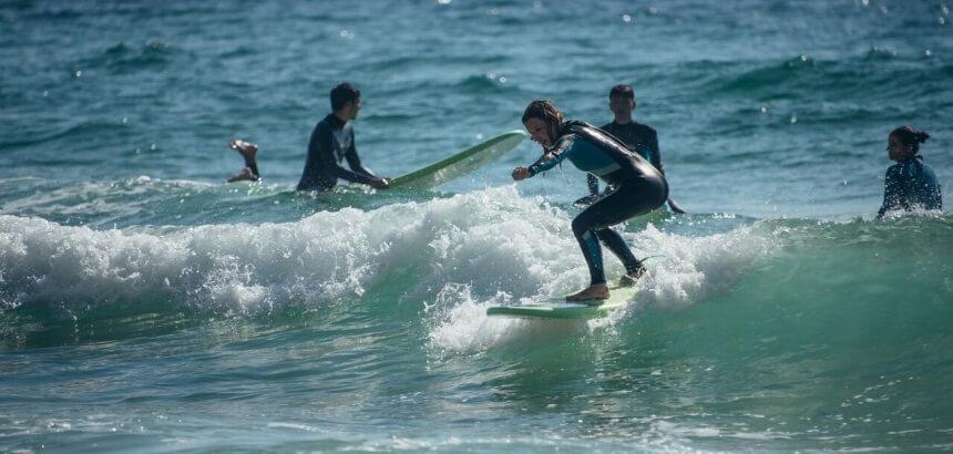 surfkurs und erste gruene welle bei dreamsea surfcamp portugal