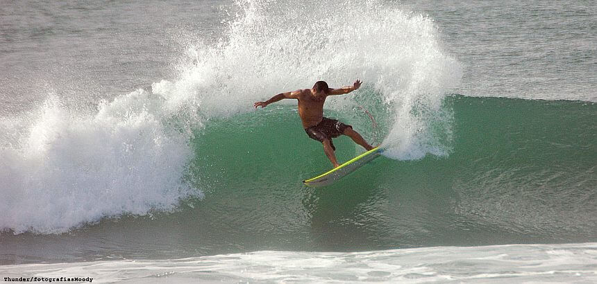 Surfcampleiter Beto Dias in Action