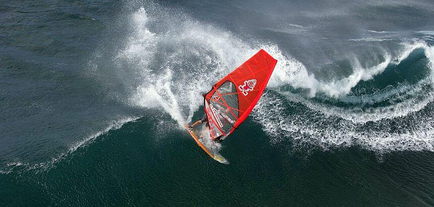 Windsurfer im Neoprenanzug