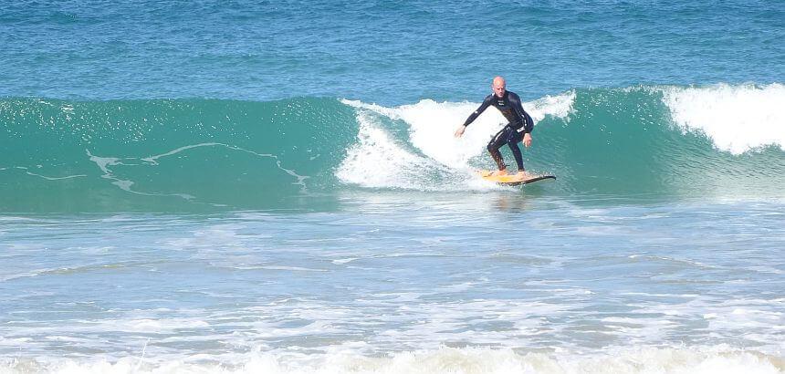 Grüne Welle surfen mit Sorfboard