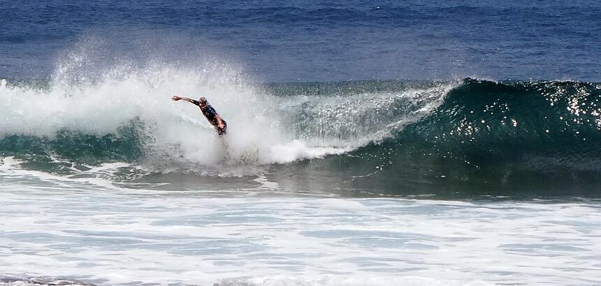 Mit dem Shortboard zu spät in der Welle