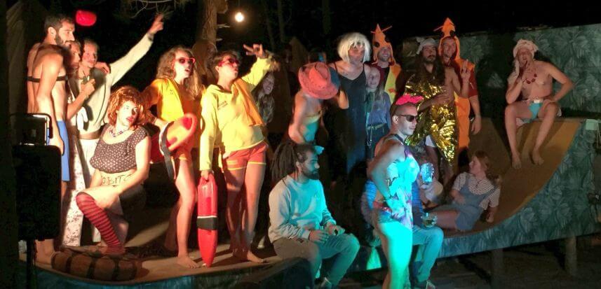Party, surf und happy people im Dreamsea Surfcamp Portugal