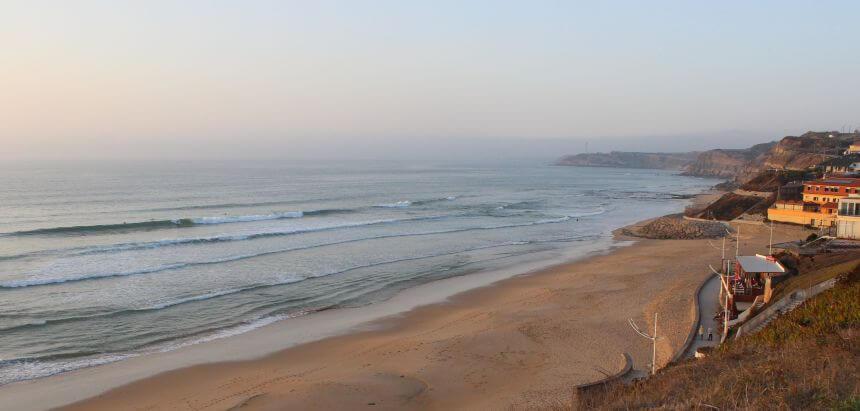 Surfspot Praia da Areia Branca in der Nähe von Peniche_Surfen in Portugal