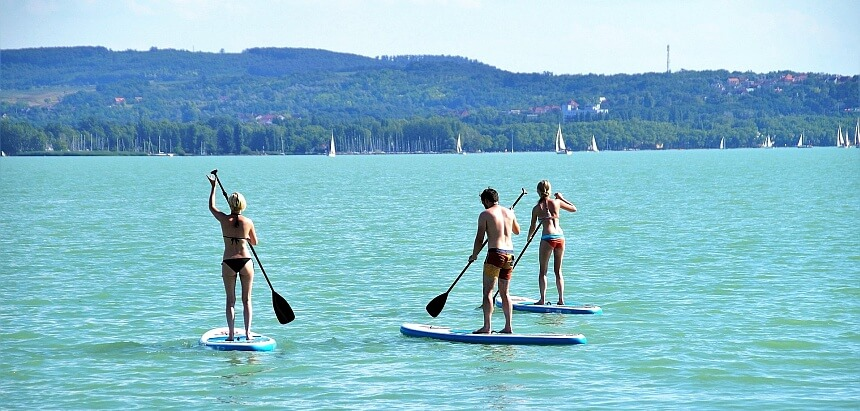 Stand Up Paddling für Einsteiger auf einem ruhigen See