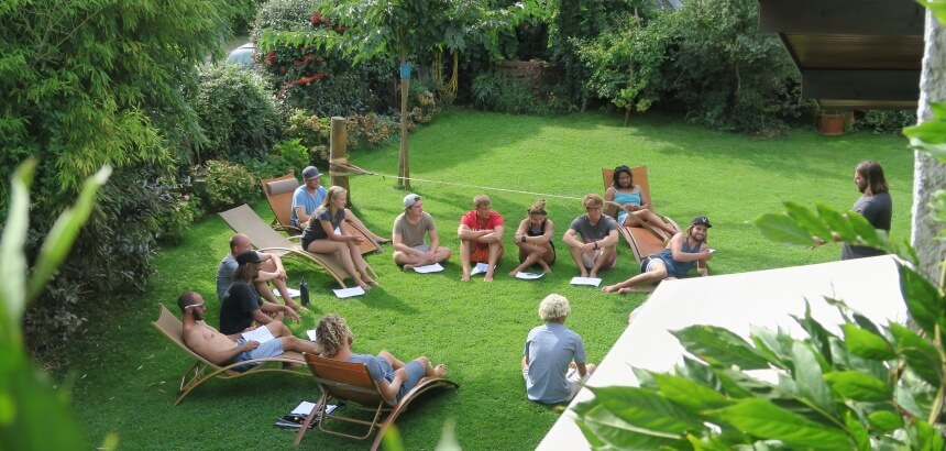 Surf Theorie im Garten der Atlantic Surf Lodge in Vieux-Boucau