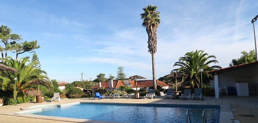 Der Garten mit Pool von The Lodge in Praia Grande