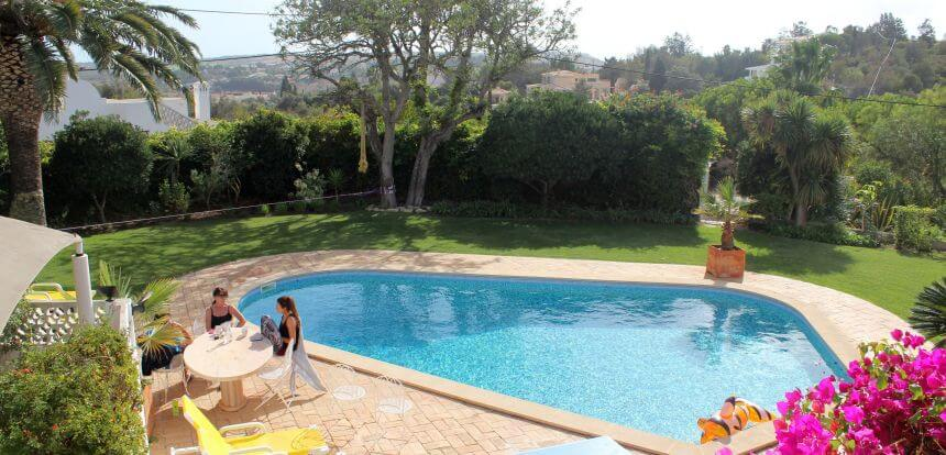 Der Garten und der Pool vom Portugal Surfcamp The Surf Experience in der Algarve