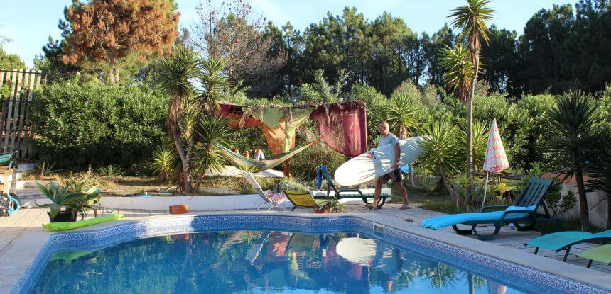 Pool und Garten vom Mission To Surf Camp in der Algarve in Portugal