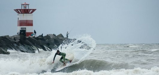 In Holland surfen-Scheveningen Noord shortboard snap