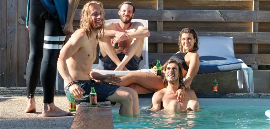 Abhängen nach der Surf Session am Pool vom Longwave Surfcamp in Frankreich