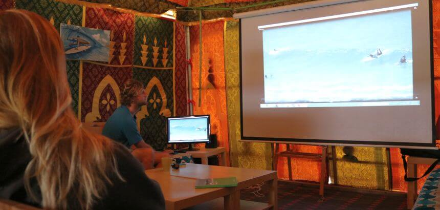 Video Analyse im Surfkino vom Camino Surfcamp Spanien