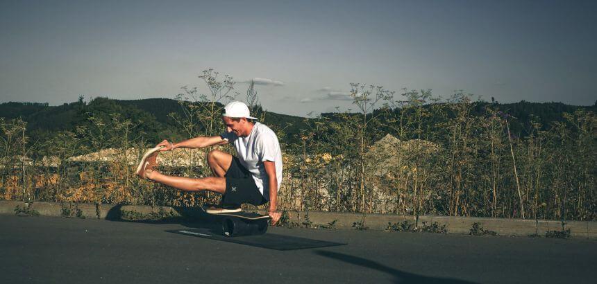 Balance Übung auf einem Balance Board von Daffy Boards