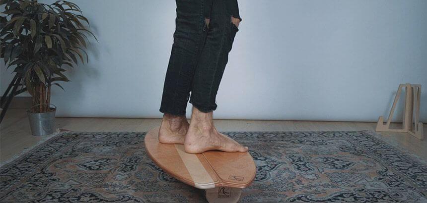 Barfuß auf dem balance Board