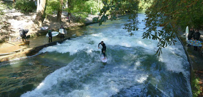 Die stehende Welle am Eisbach in München ist für Surfanfänger ungeeignet