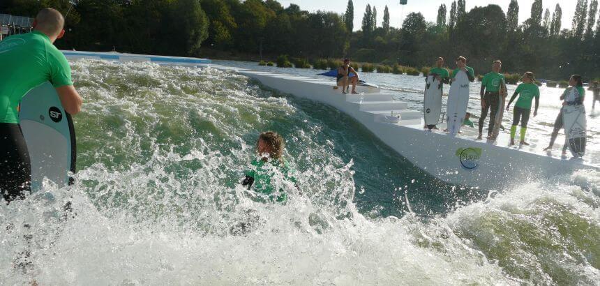 In einer künstlichen Welle wie hier in Langenfeld bewegt sich das Wasser auf dich zu