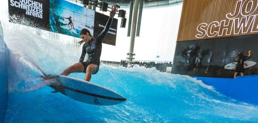 Indoor Surfen in der Jochen Schweizer Arena in München