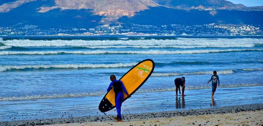 Surfer in Muizenberg bei Kapstadt