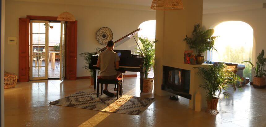 Das Wohnzimmer im Dreamsea Surfcamp in Sintra ist sogar mit einem Konzertflügel ausgestattet