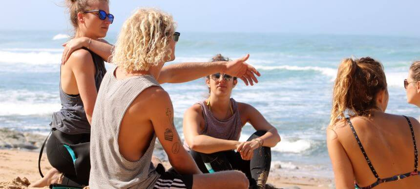 Dreamsea Surfcoach Matty bei der Surf Theorie Einheit am Strand von Magoito in Portugal