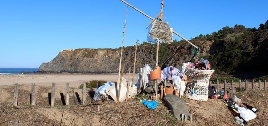 Müll Mahnmal am Praia de Odeceixe_Alentejo_Wildcampen Portugal
