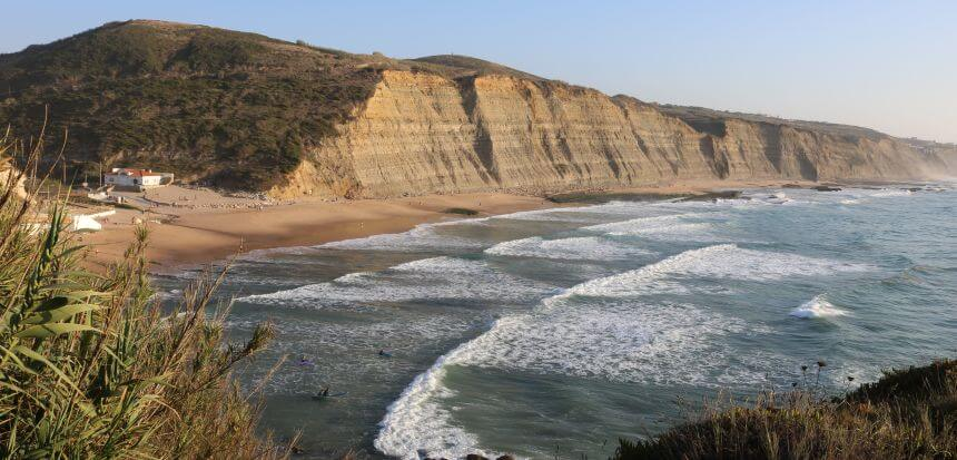 Surfen am Praia do Magoito in der Nähe von Lissabon