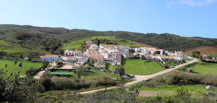 Aldeia da Pedralva liegt im hügeligen Hinterland der Algarve