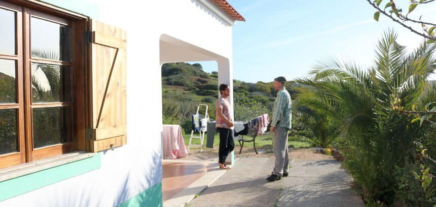 Casa Pulpo Surf Lodge Portugal_Gastberber Nils im Gespräch mit einem seiner Gäste