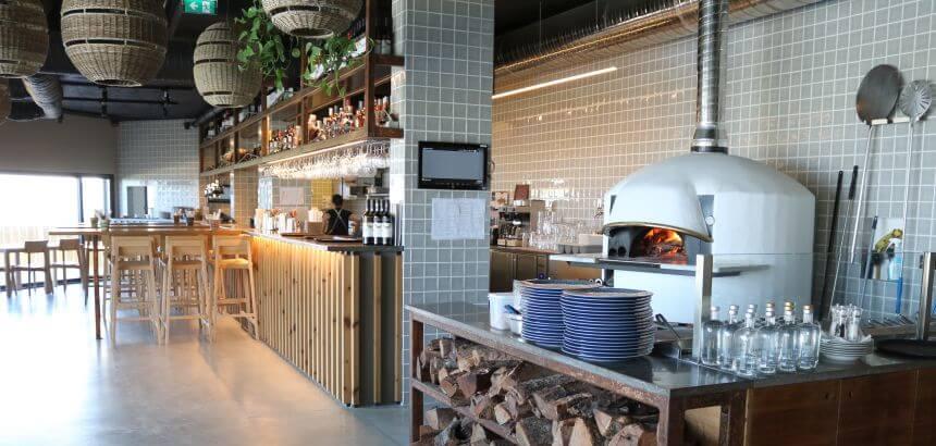 Das Jangada Restaurant im You and the sea Surf Hotel Portugal bietet stilvolles Ambiente und wirklich gutes Essen