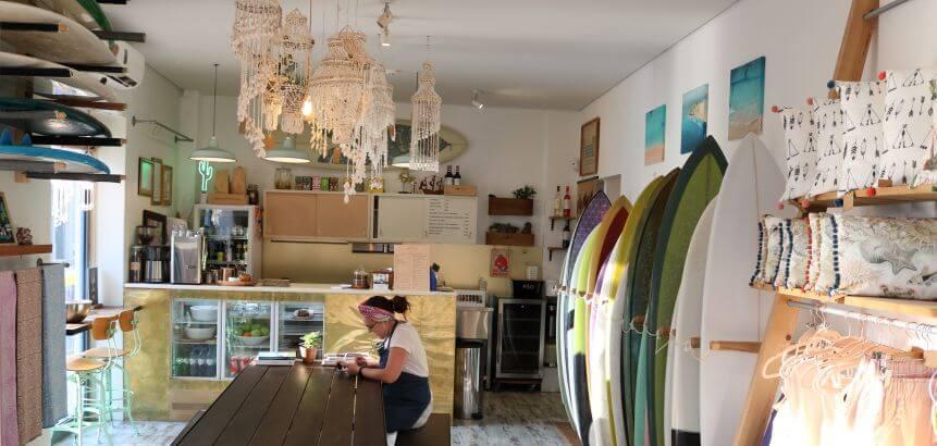 Das Magic Quiver Deli Café bietet Konzerte, Surffilmabende und Ausstellungen
