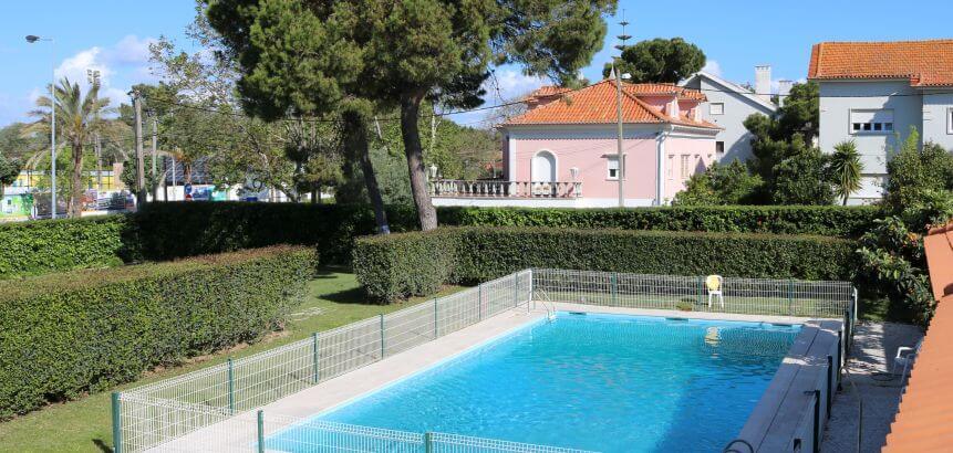 Der Pool der Lisbon Surf Villa an der Costa da Caparica