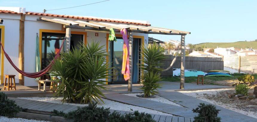 Die Studios vom Good Feeling Surf Hostel bieten Bad und Terrasse