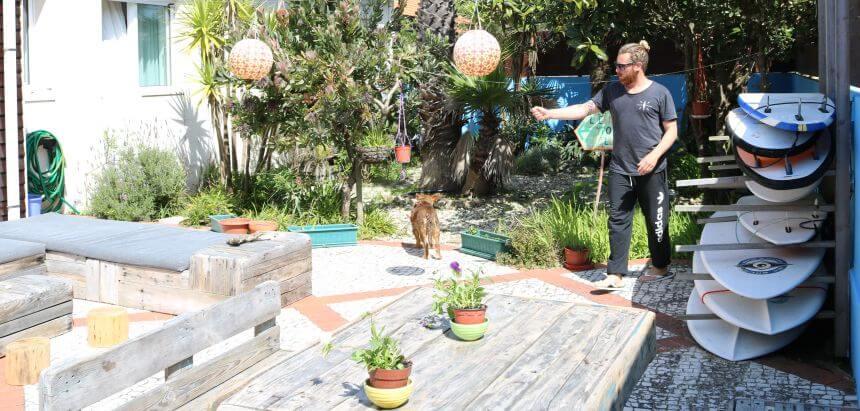 Gastgeberpaar Brian zeigt mir den Campgarten_Surf Hostel Portugal