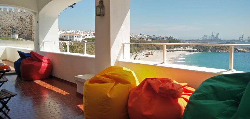 Terrasse mit Meerblick im Allmar Surf Hostel Portugal