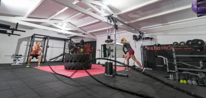 Yoyo Terhorst und Julia Schucht beim Training im Janga Fitnessstudio