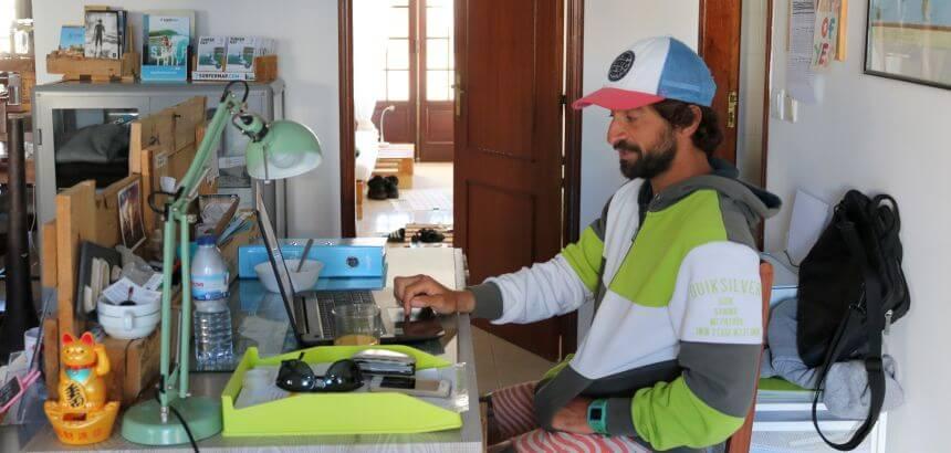 Der Italienische Besitzer und Gastgeber Riccardo vom Boa Onda Guest House in Peniche