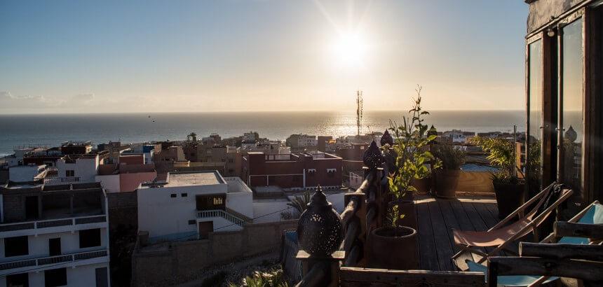 Blick vom Zimmerbalkon der Nice Base über die Dächer von Tamraght in Marokko