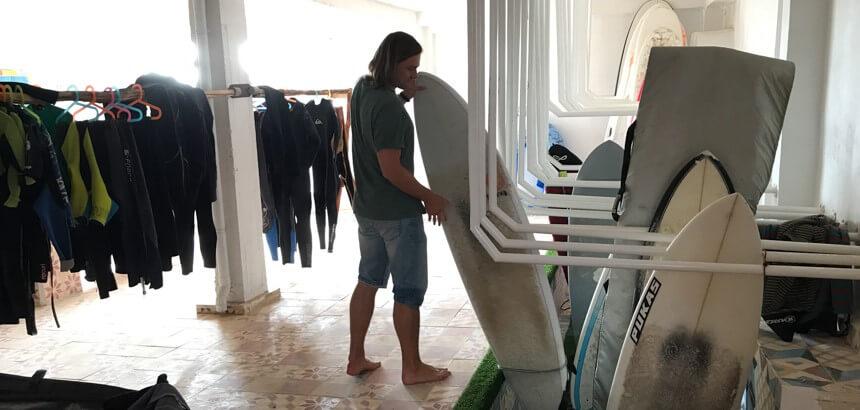 Im geräumigen Trockenraum kannst du dein Surfequipment lagern