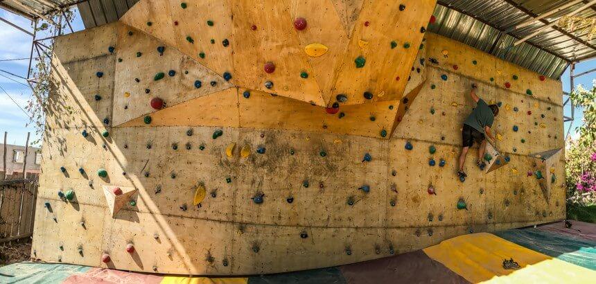 In der Nice Base Anlage gibt es eine herausfordernde Kletterwand