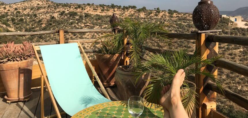 Privater Balkon mit Blick ins hügelige Hinterland von Marokko