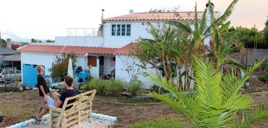 Der Garten mit Palmen vom Janga Surfcamp portugal