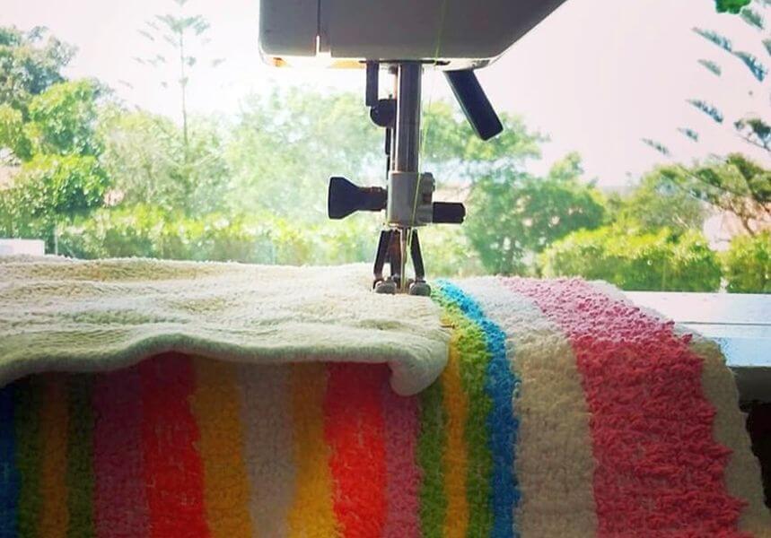 Die nachhaltigen Peeky Ponchos werden Ponchos werden aus alten Handtüchern zusammengenäht