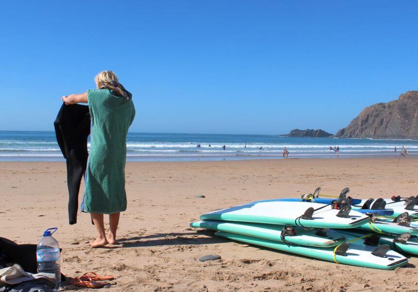 Ein Surf Poncho macht das Umziehen am Strand leichter