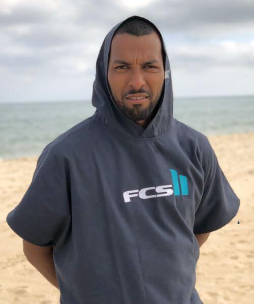 Surf Poncho Test Ben trägt den FCS Poncho