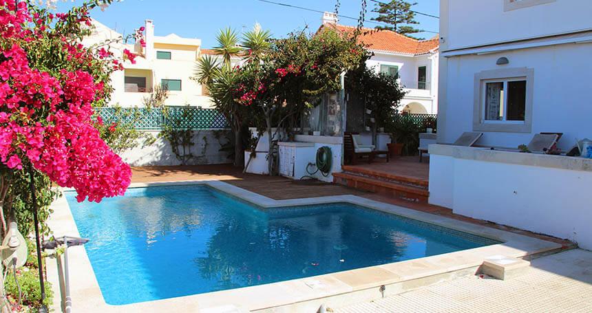 Der Pool in der Eco Lodge Caparica in Portugal lädt zum Entspannen ein