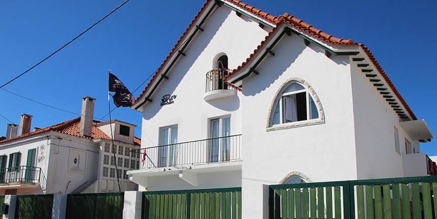 Herzlich-Willkommen-im-Surfhouse-Caparica-von-PURE-Surfcamps-Portugal