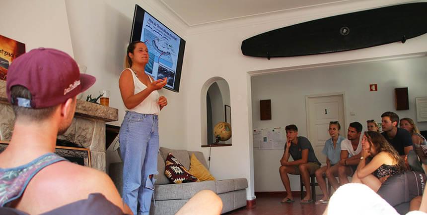 Ines vom Pure Surfcamp Portugal erklärt in der Surftheorie wie Wellen entstehen