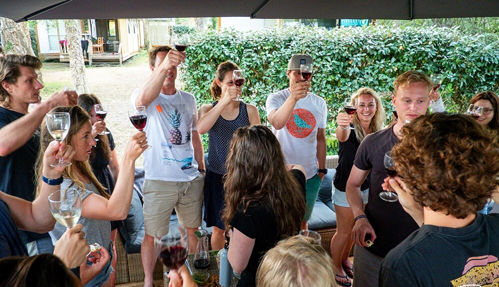 Rotwein aus Bordeaux zum Anstoßen auf eine erfolgreiche und lustige Surfwoche