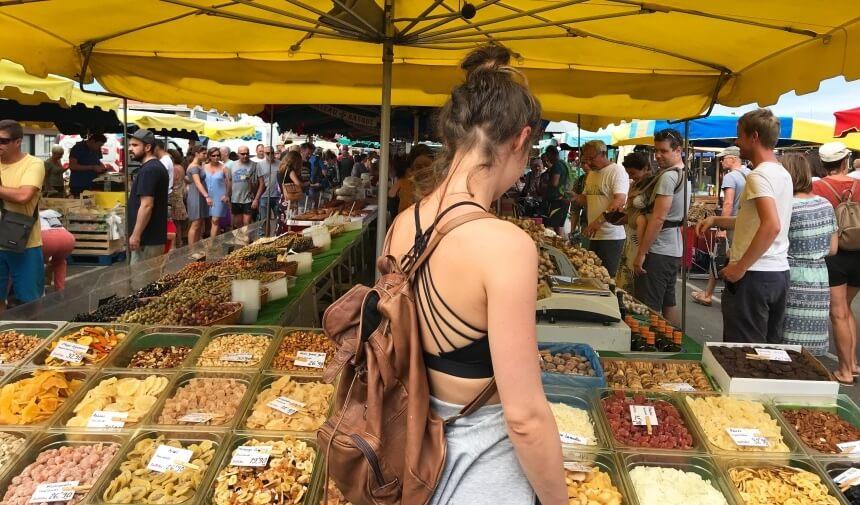 Authentischer Markt im südfranzösischen Surfer-Ort Montalivet
