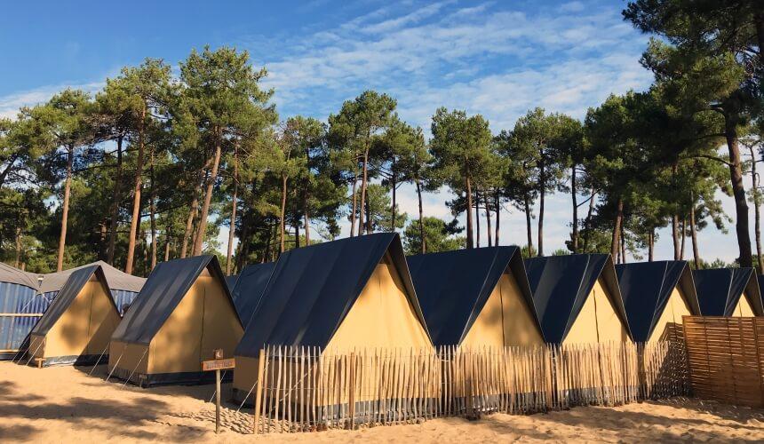 Die Zelte im Surmmersurf Camp Frankreich sind modern ausgestattet